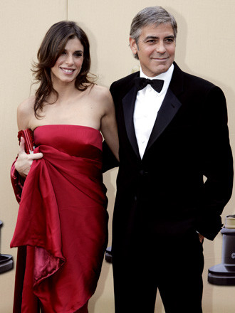 George Clooney, nominado por Up in the Air, junto a su novia italiana Elisabetta Canalis vestida con un largo Roberto Cavalli rojo