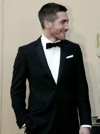 Jake Gyllenhaal en un traje Burberry, acompañando a su hermana, nominada (el ya ha sabido estarlo)