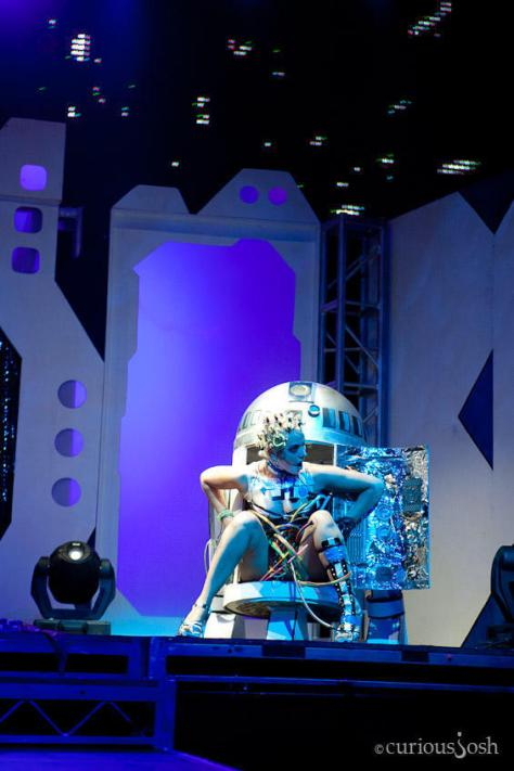 Sin Fisted es R2-D2 (o Arturito para los amigos). La Srta está dentro del muñeco y ...