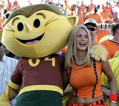 holandesa (literalmente) abrazada al muñeco (literalmente) :)