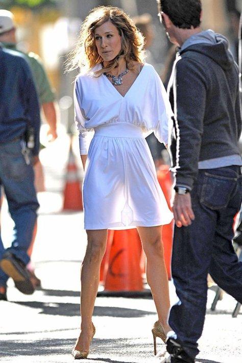 Sarah Jessica parker. ¿cómo puede ser ídola de algunas mujeres?, será porque siendo tan FEAAAAA logra tener algo de glamour, llamar la atención con tantas cosas caras