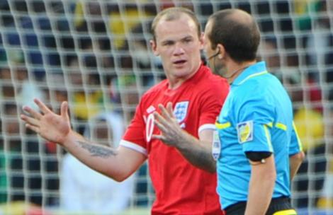 Rooney le protesta a Larrionda