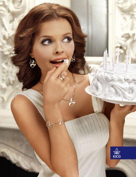 me parece una simpática, sin perder la fineza a la vez, forma de publicitar las finas joyas de Kiev Jewellery Factory