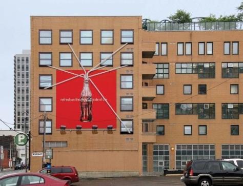 Buena publi de Coca Cola, usando un edificio