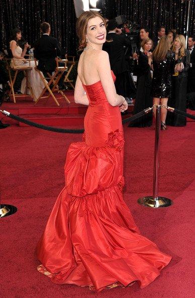 Anne Hathaway llegó de la mano del diseñador Valentino