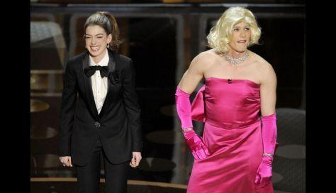 Anne con un traje masculino de Lanvin y acompañada de James Franco, que se disfrazó de Marilyn Monroe.
