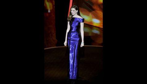 Otro de los vestidos que llevó era este en un azul metálico precioso de Armani Privé.