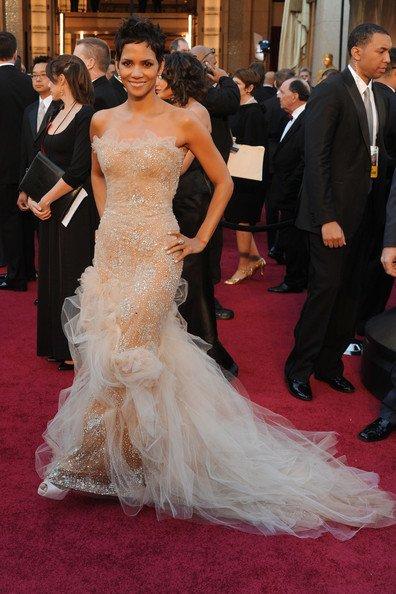 Halle Berry hermosa como siempre con un Marchesa