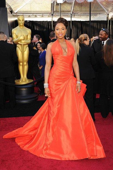Jennifer Hudson con este vestido con un gran escote en forma de V firmado por Versace. Lo mejor es lo que adelgazó esta mujer, impresionante.