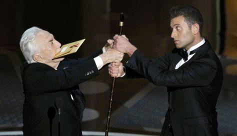 Kirk Douglas 'pelea' por su bastón en una de las bromas más celebradas en la ceremonia; bah, en una de las pocas