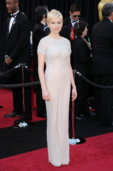 Michelle Williams apareció con este vestido de Chanel. Linda