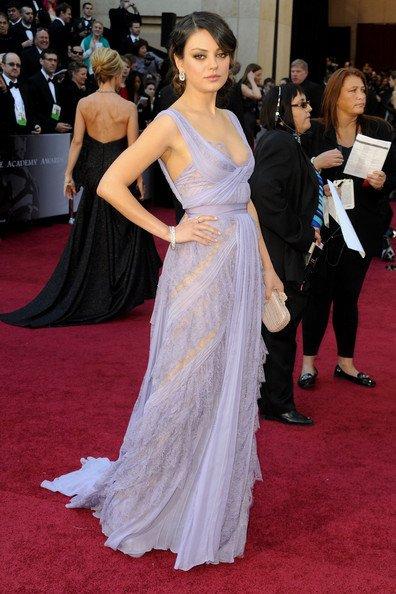 Mila Kunis, que se paseó con un maravilloso vestido en color malva y drapeado. La prenda combinaba el encaje con la seda, y como clutch optó por uno en color crema. El vestido lo firma Eliee Saab
