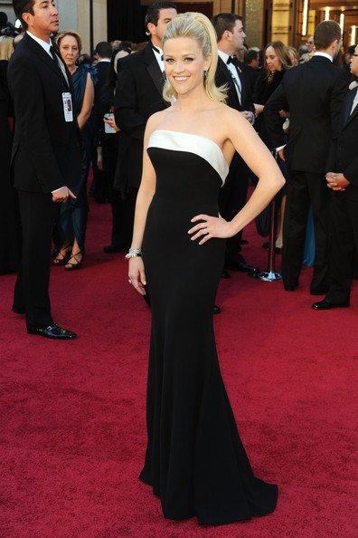 Reese Witherspoon con este sencillo y elegante vestido de Armani Privé