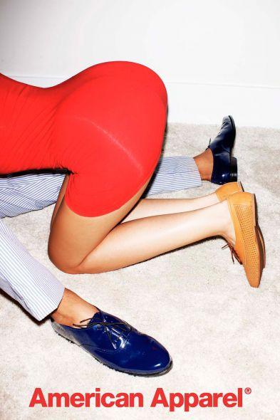 Más que sugestivo aviso de la línea de calzado American Apparel