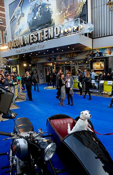 En el estreno había una moto con sidecar, similar a la del film, y también un Milú de carne y hueso