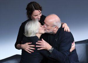La actriz británica Helen Mirren, la intérprete estadounidense Uma Thurman y el fotógrafo Peter Lindbergh, durante la presentación del calendario Pirelli 2017