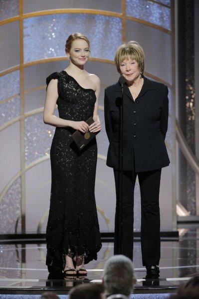 Emma Stone y Shirley MacLaine, no hay nada más que decir. Esperamos que haya ahora muchos guionistas empezando borradores.