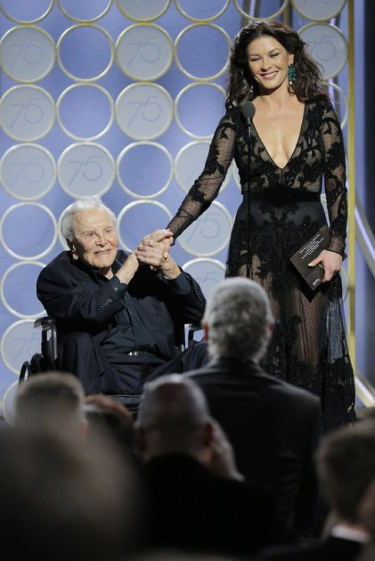 Kirk Douglas defendió sus 101 años junto a Catherine Zeta-Jones en uno de los momentos